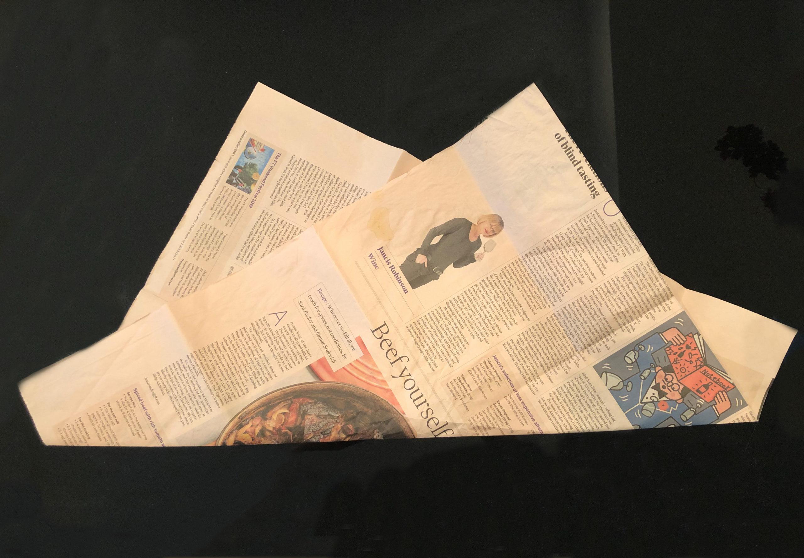 Vの字に折った包装紙を撮影した画像