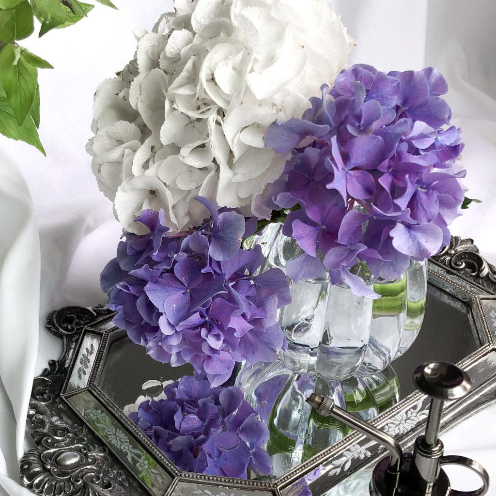 丸型の花瓶を使って私が作ったアジサイのアレンジメントを撮影した写真