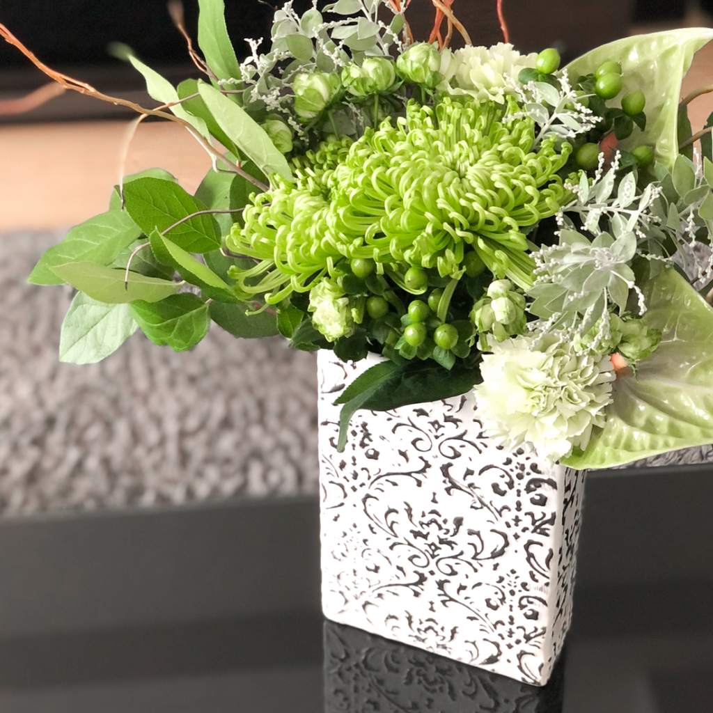 スクエア型の花瓶を使って私が作ったアナスタシアのアレンジメントを撮影した写真