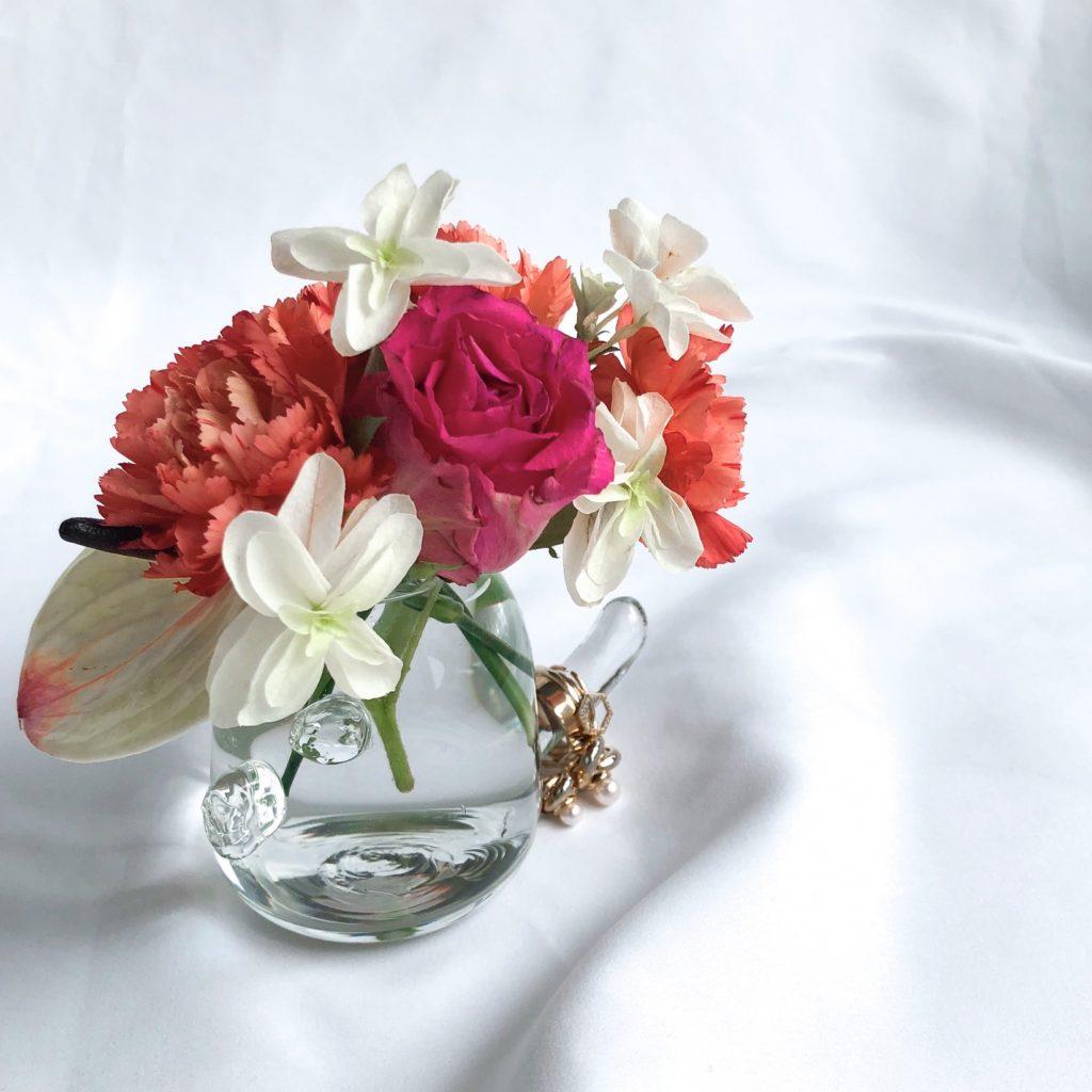 個性的なデザインの花瓶を使って私が作ったバラやカーネーションのアレンジメントを撮影した写真