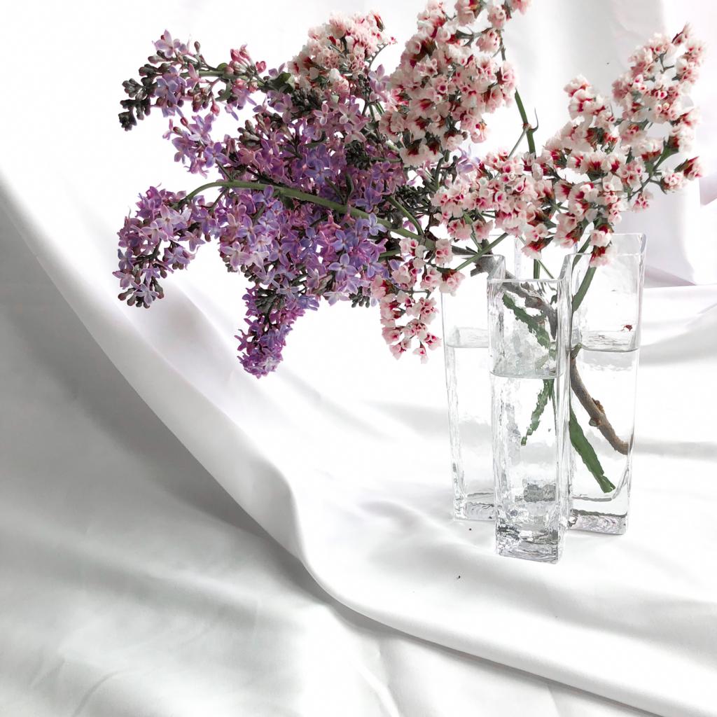 個性的なデザインの花瓶を使って私が作ったライラックとスターチスのアレンジメントを撮影した写真