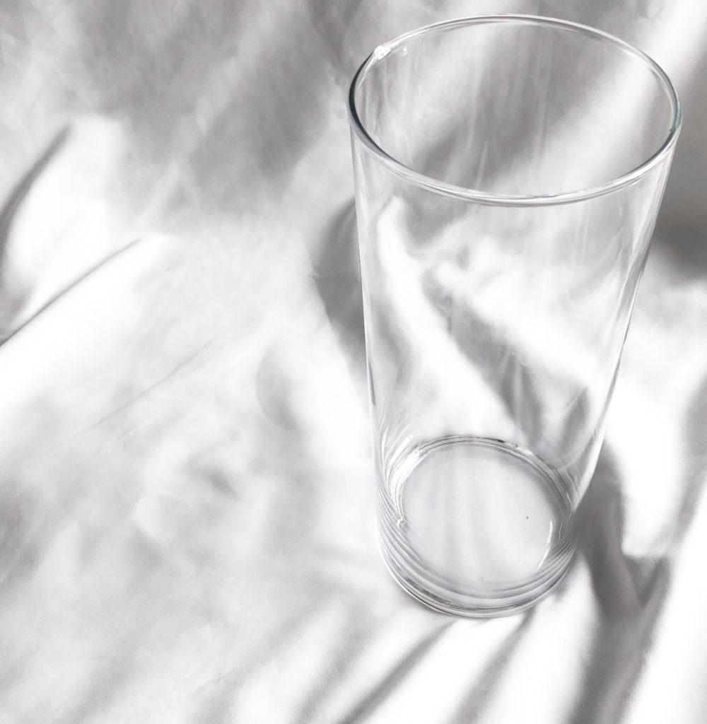 ニトリで購入した大きいガラスの円柱型花瓶(フラワーベースシリンダー30cm)を撮影した写真