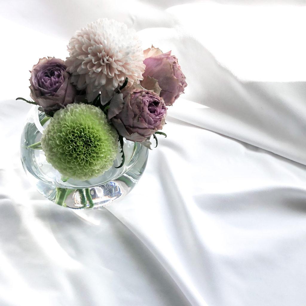 ニトリの丸い花瓶グラスベースを使って私が作ったバラとピンポンマムのアレンジメントを撮影した写真