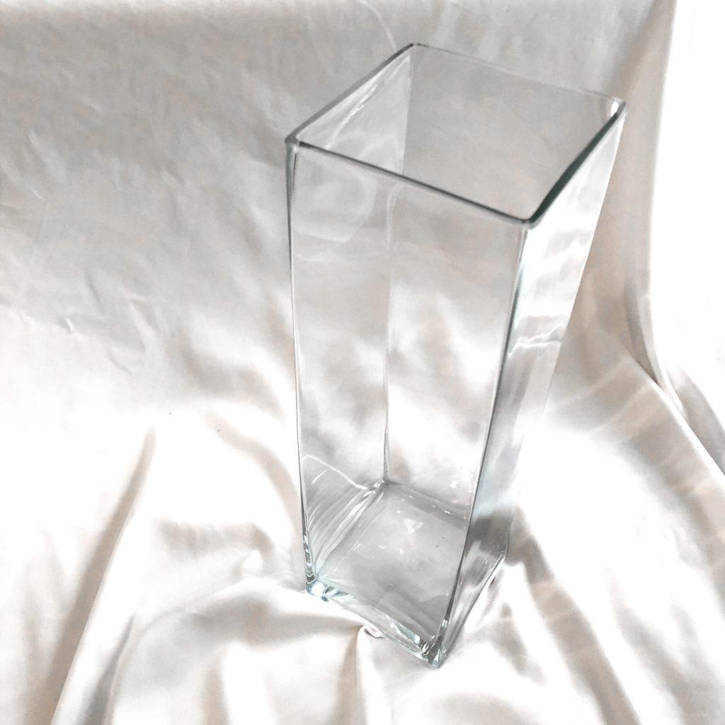 ニトリで購入した大きい花瓶(フラワーベースタンク40㎝)を撮影した写真