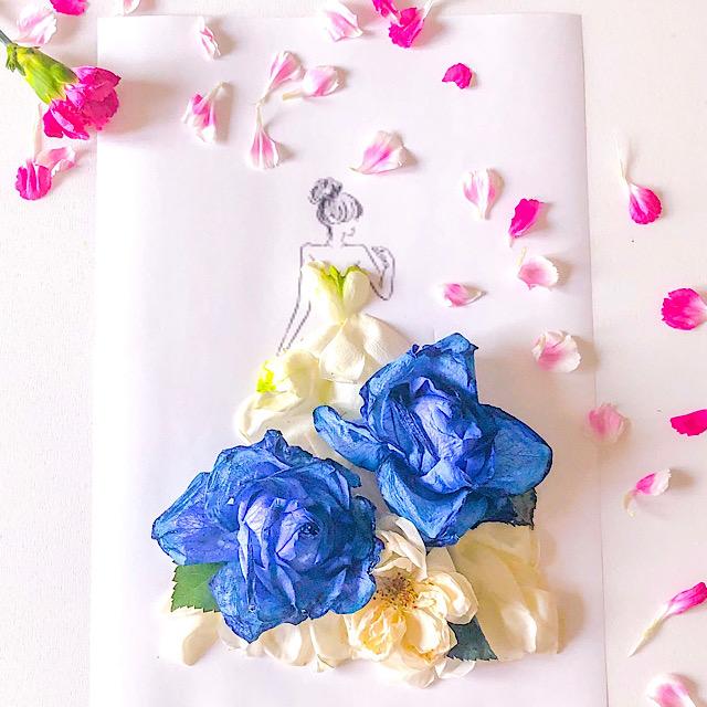 青いバラ、白いバラ、スプレーカーネーションの花びらアートを私が作って撮影した写真