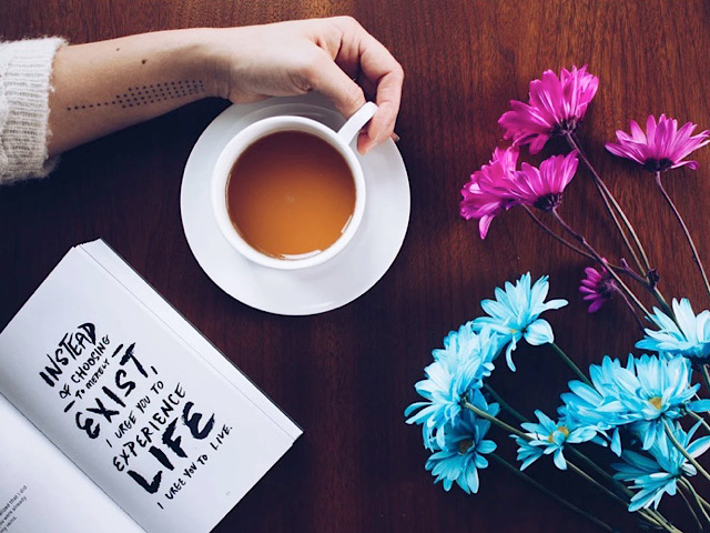 pixabayから引用した女性と花の画像