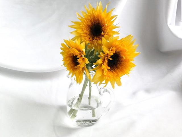 ヒマワリの花を飾ったのを撮影した画像