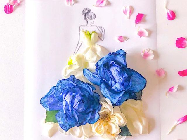 青いバラ、白いバラ、スプレーカーネーションの花びらアートを撮影した画像
